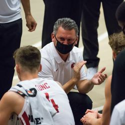 PULLMAN, WA - NOVEMBER 28: Washington State Head Coach Kyle Smith talks to his team during a media timeout in the first half of the non-conference matchup between the Eastern Washington Eagles and the Washington State Cougars on November 28, 2020, at Beasley Coliseum in Pullman, WA.
