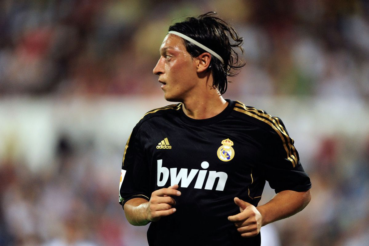 ZARAGOZA, SPAIN - AUGUST 28: Mesut Ozil of Real Madrid goes to take a corner kick during the La Liga match between Real Zaragoza and Real Madrid at estadio La Romareda on August 28, 2011 in Zaragoza, Spain.  (Photo by Denis Doyle/Getty Images)