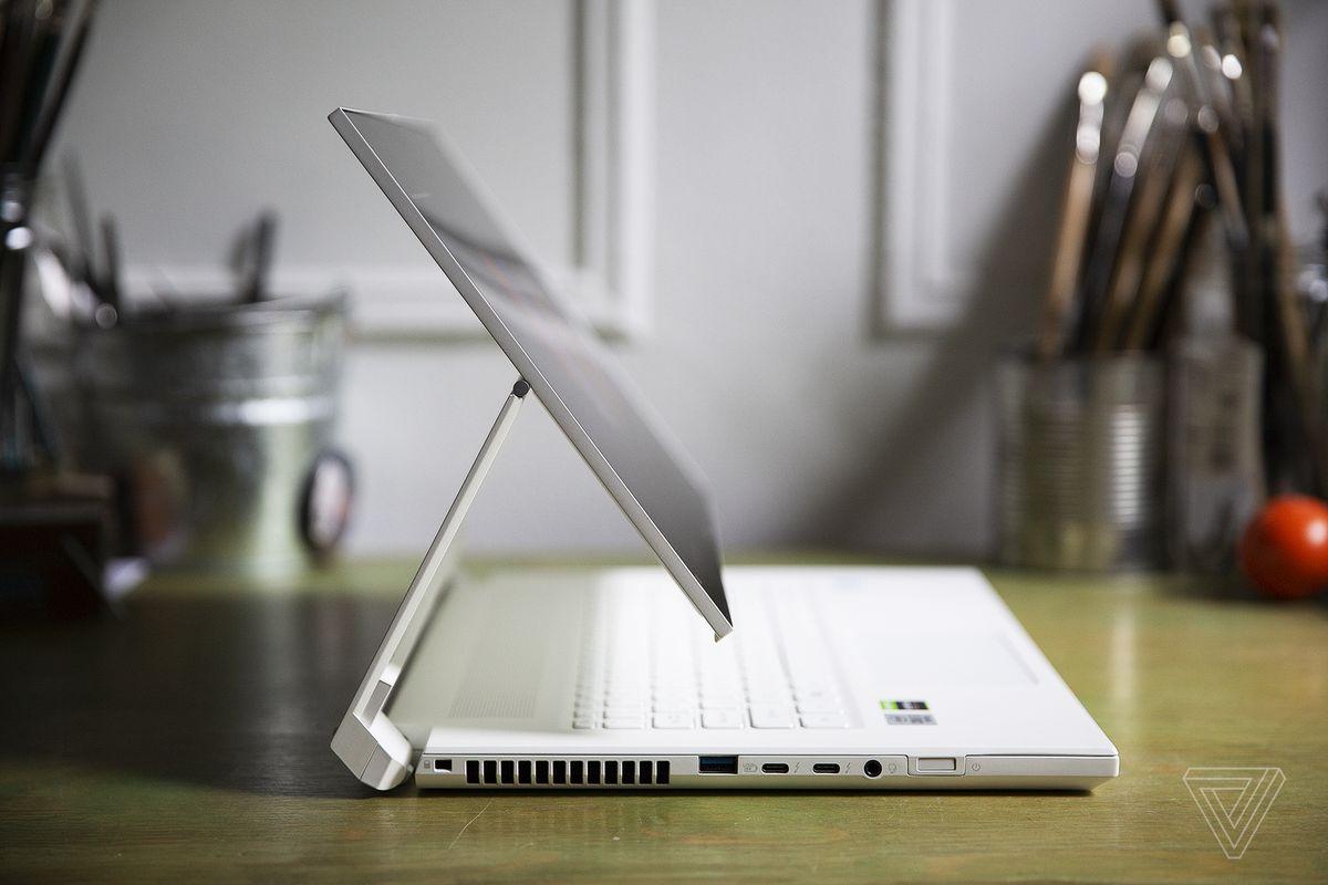 Acer ConceptD 7 Ezel avec écran flottant au-dessus du clavier, visible du côté gauche.