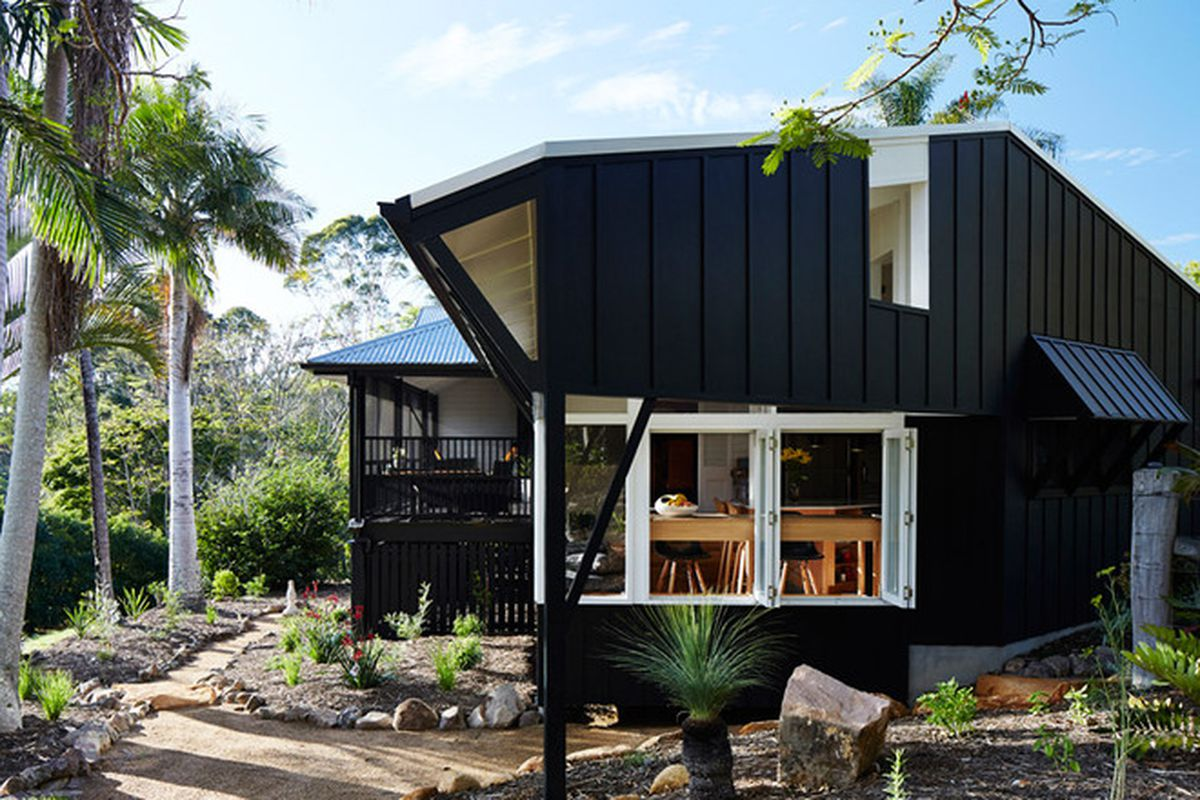 """Photos by <a href=""""http://www.aliciataylorphotography.com/"""">Alicia Taylor</a> via <a href=""""http://www.dezeen.com/2015/09/14/vokes-peters-extension-holiday-home-sunshine-coast-australia-black-timber/"""">Dezeen</a>."""