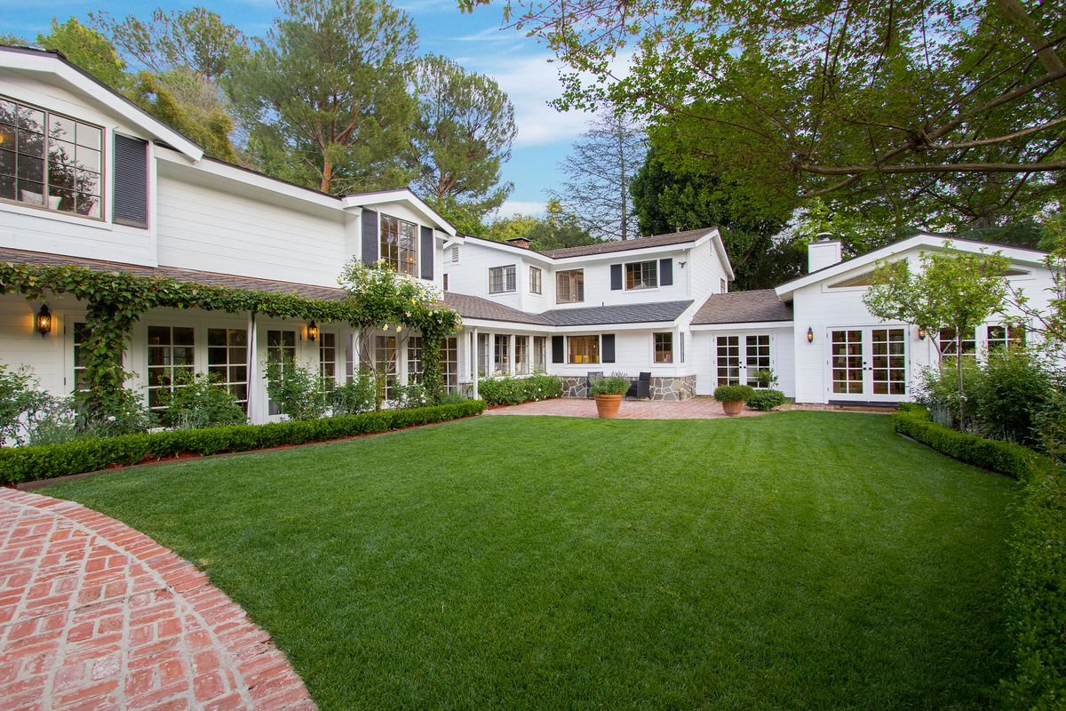 Kate upton buys chic benedict canyon mansion for for Canyon house