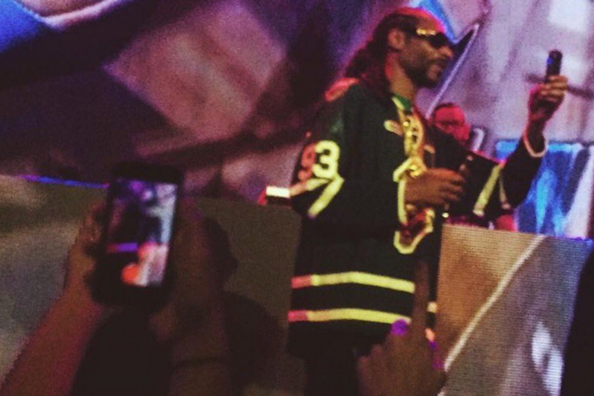 quality design 8bb3f 6452c Snoop Dogg wore a Mitch Marner jersey for London show ...