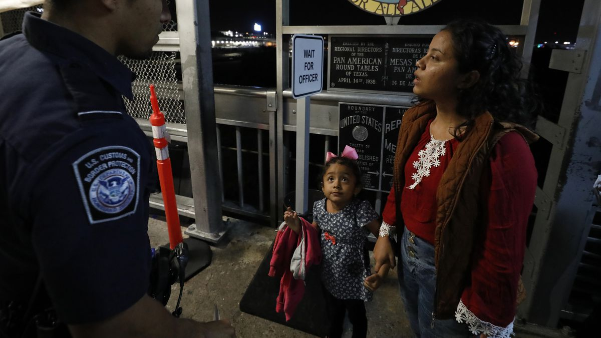 At The Border This Is What Happened On The First Day Of Tent Courtroom Hearings In Laredo Texas Deseret News