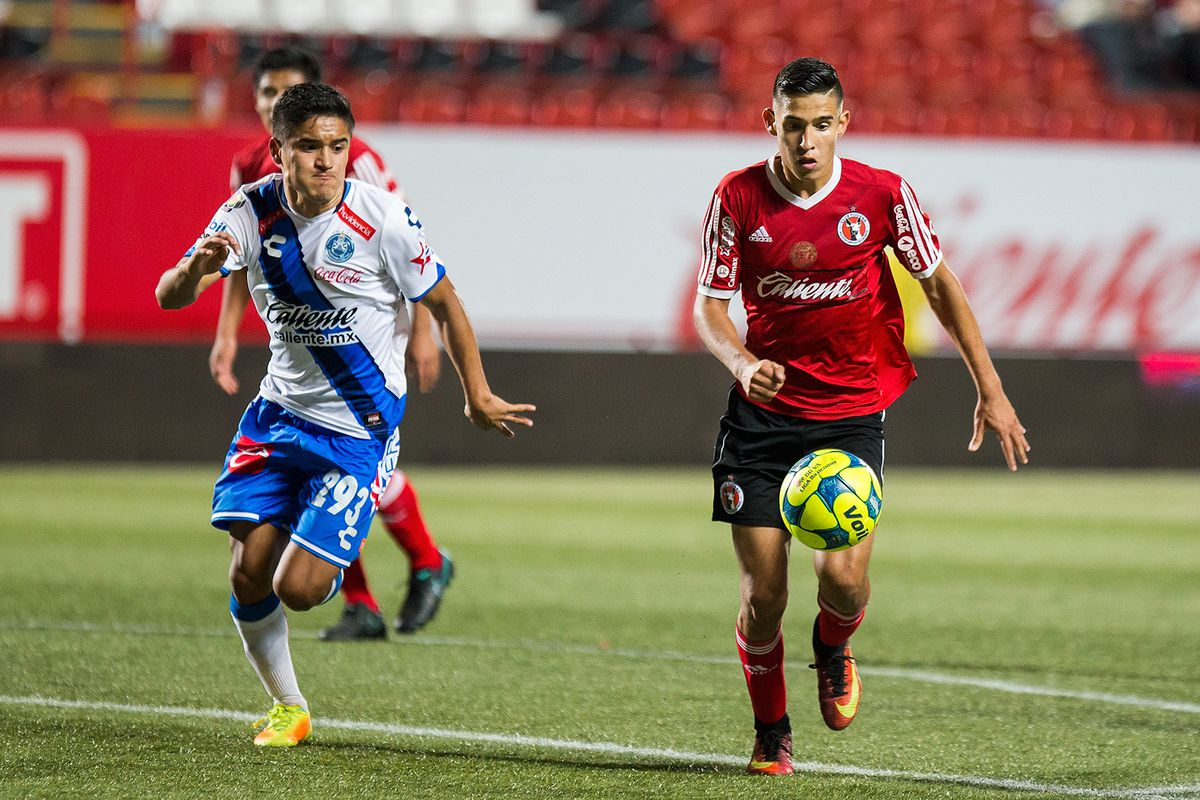 A Xolos player dribbles the ball against Puebla in a Sub-20s match.