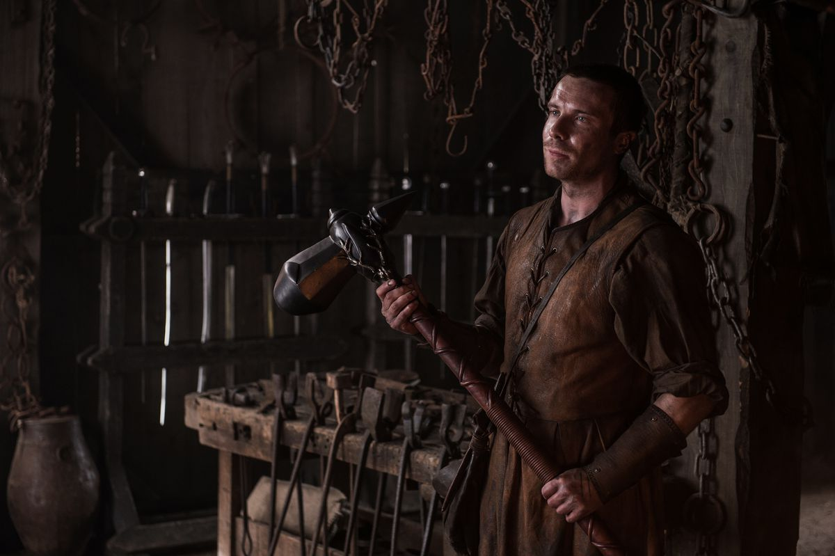 Game of Thrones 705 - Gendry holding a war hammer