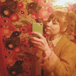 Pretty bathroom wallpaper at Bakeri. I didn't line my eyes today so I look both young and old and definitely tired.