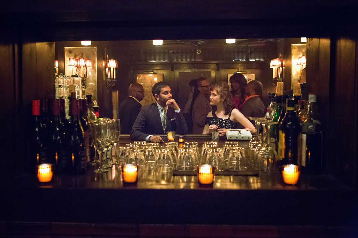 Dev Shah (Aziz Ansari) and Rachel (Noël Wells) sidle up to the bar in <em>Master of None</em>.