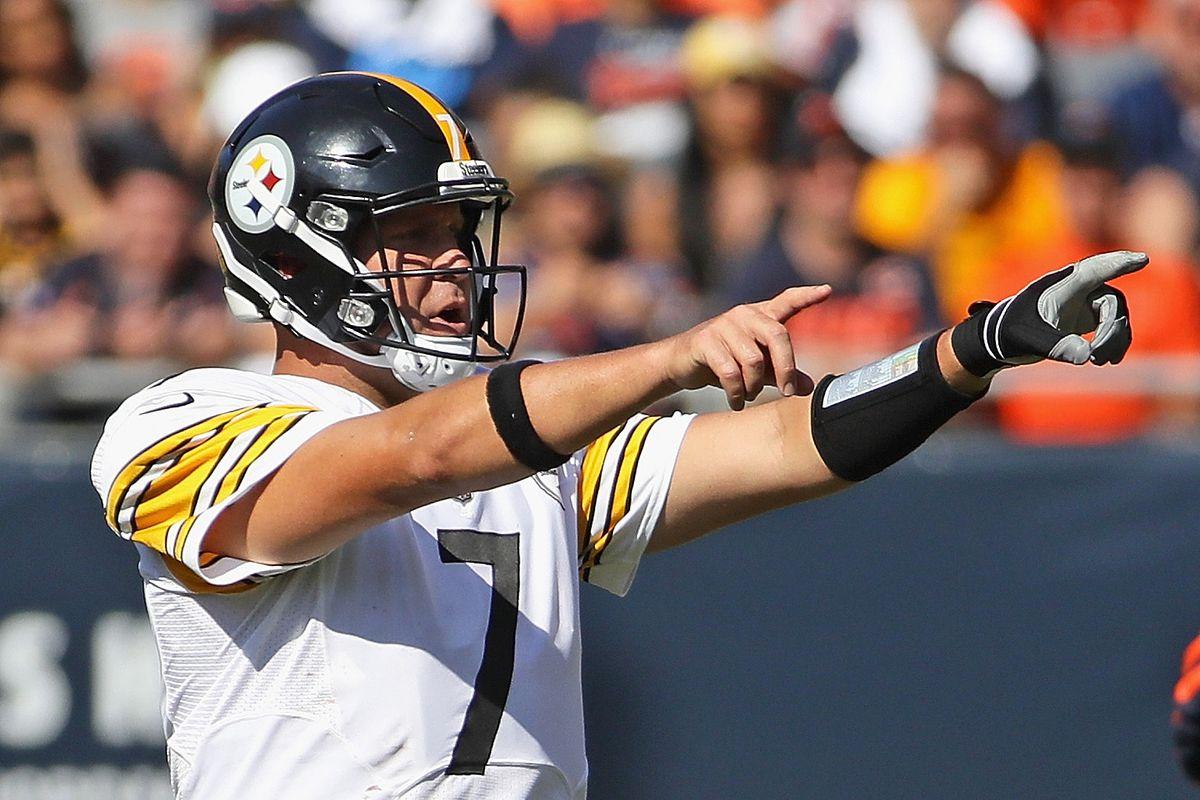 Pittsburgh Steelers quarterback Ben Roethlisberger calls a formation