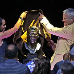 Brett Favre and his wife, Deanna, unveil his Hall of Fame bust