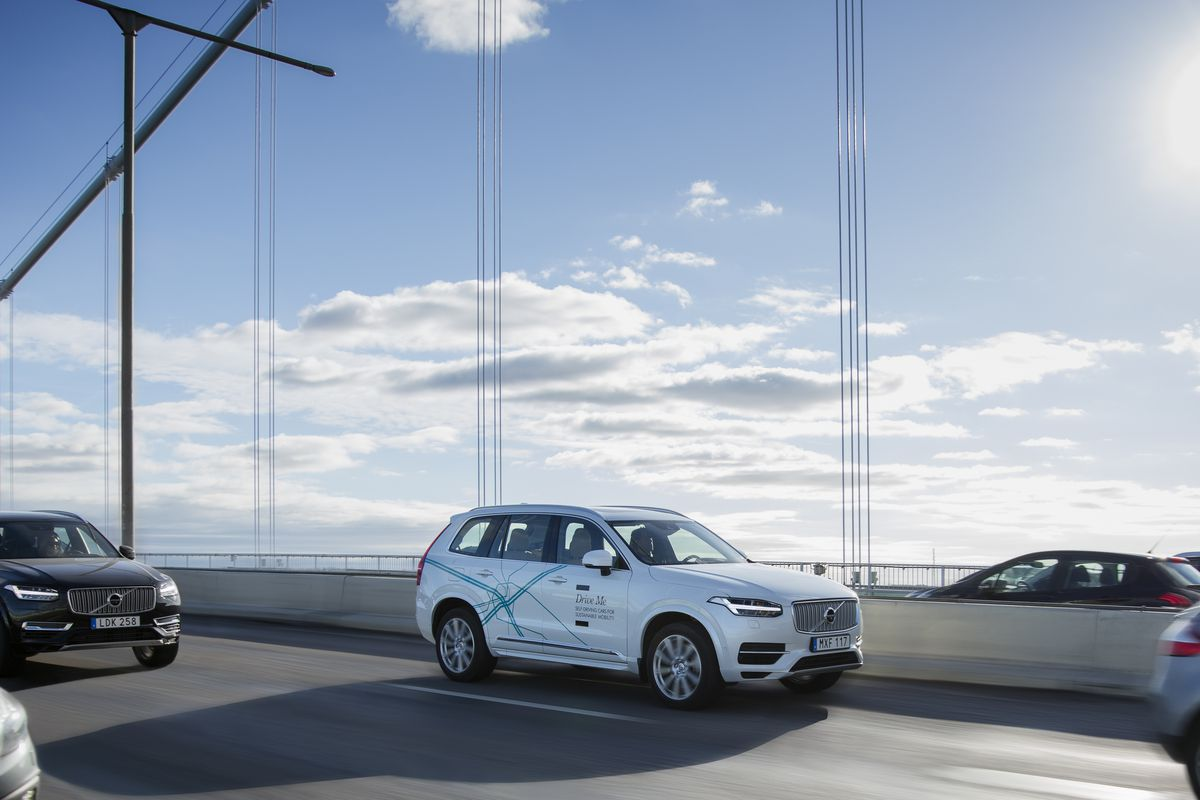 Volvo is bringing its self driving cars to london the verge volvo solutioingenieria Images