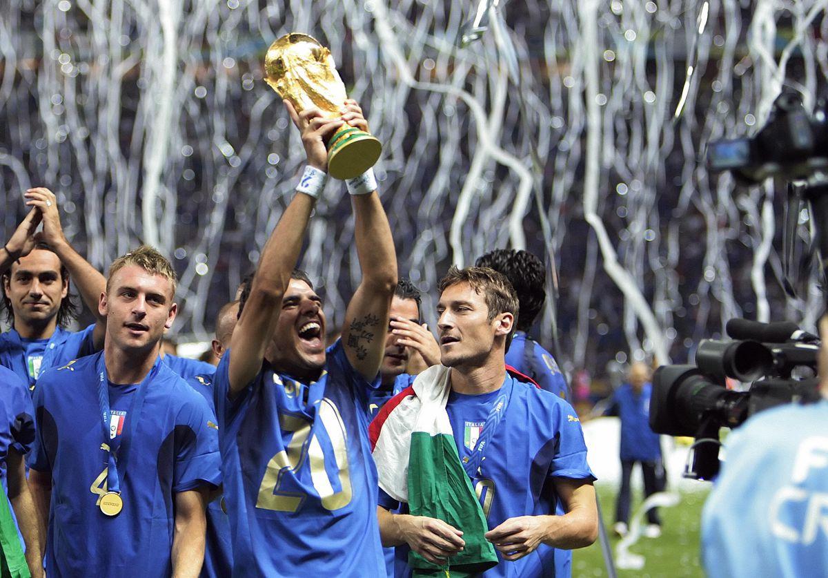 (From L) Italian midfielder Daniele De R
