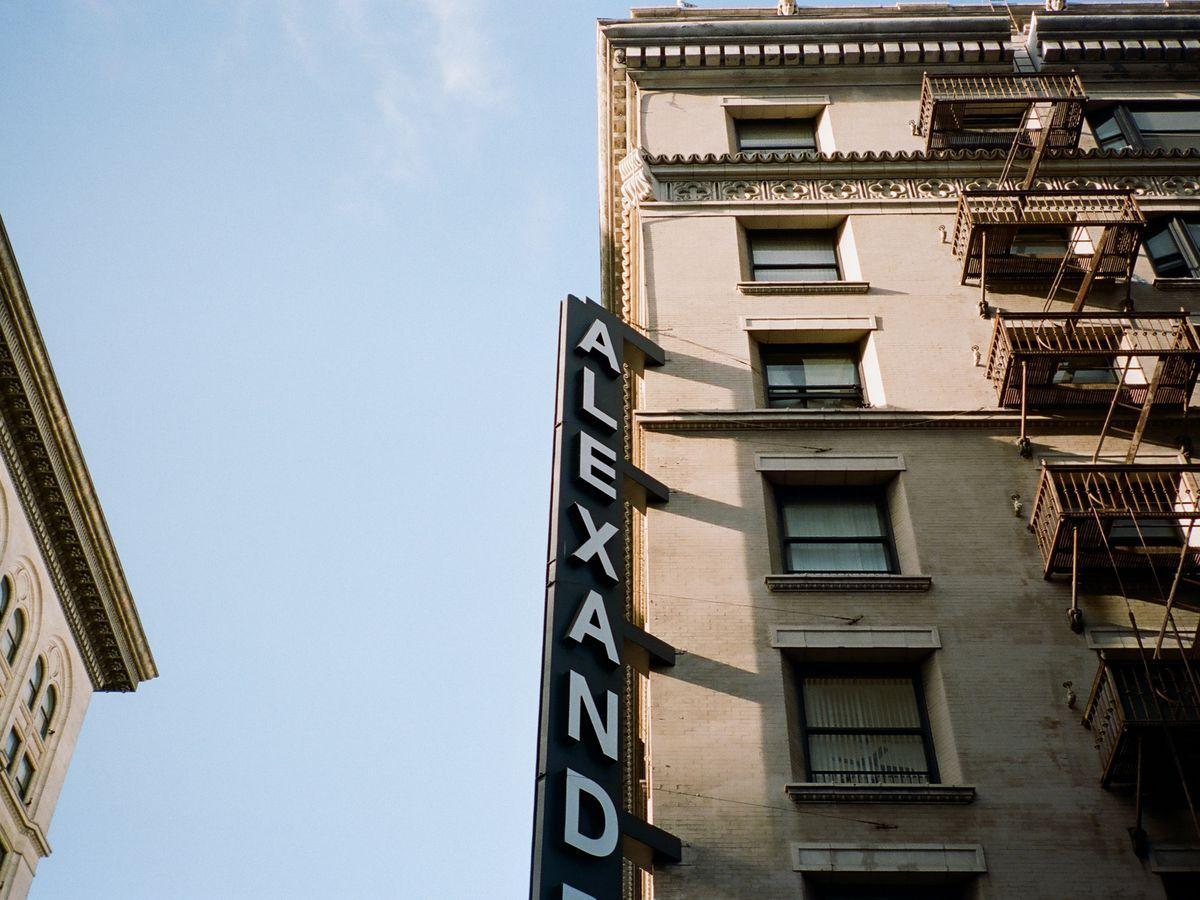 Un bâtiment de bronzage avec le feu brun s'échappe.  Il y a un signe sur le bâtiment qui dit: Alexandrie.