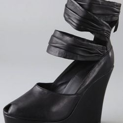 "Joe's Jeans wedges, $66 on sale at <a href=""http://www.shopbop.com/vibrant-draped-ankle-band-back/vp/v=1/845524441879665.htm?folderID=2534374302023775&fm=browse-brand-shopbysize-viewall&colorId=12867"" rel=""nofollow"">Shopbop</a>"