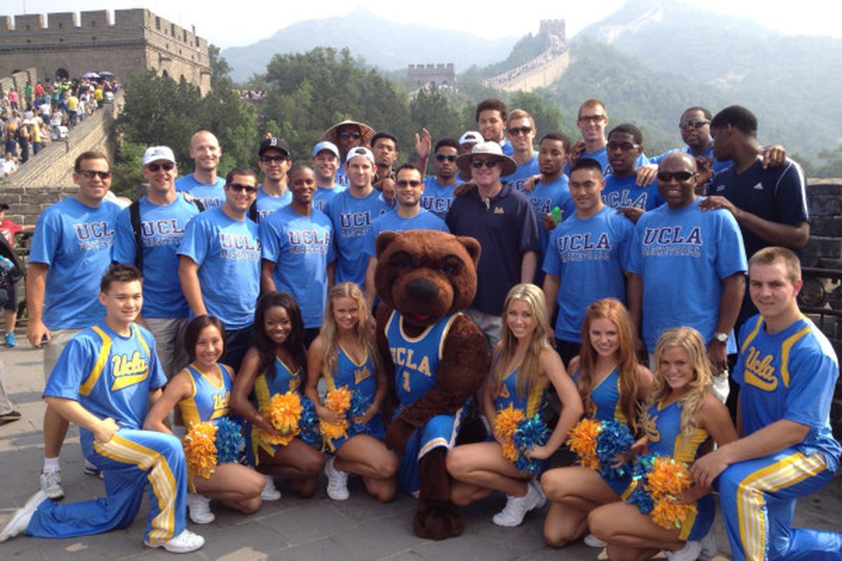 """UCLA hoops group photo at the Great Wall (<a href=""""https://twitter.com/UCLAMBB"""" target=""""new"""">via @UCLAMBB</a>)."""