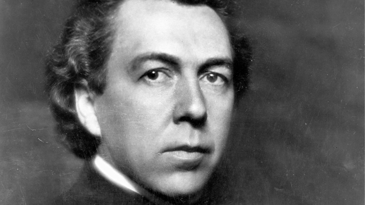 An early black-and-white photo of architect Frank Lloyd Wright.
