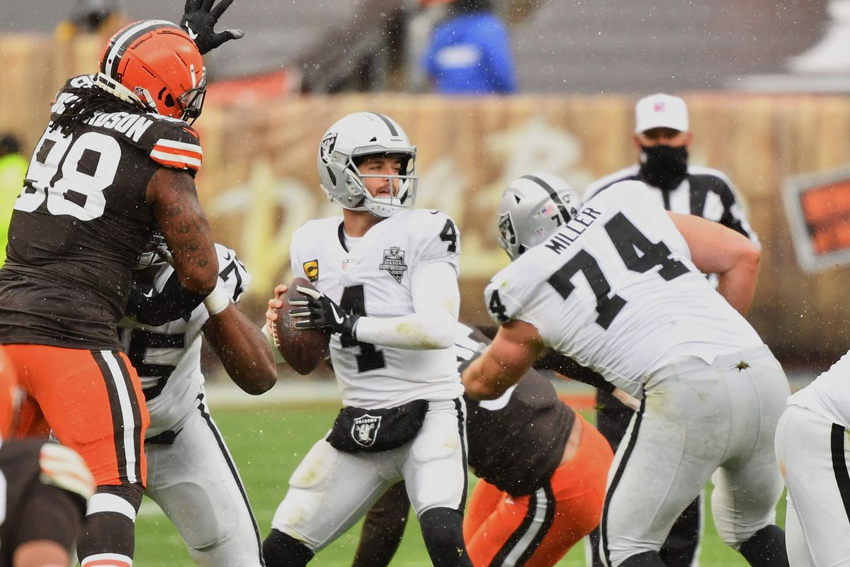 Quarterback Derek Carr #4 of the Las Vegas Raiders passes against the Cleveland Browns at FirstEnergy Stadium on November 1, 2020 in Cleveland, Ohio.