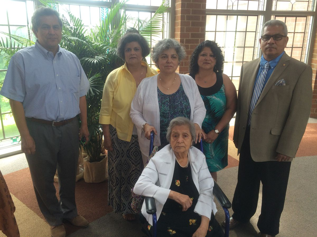 Josefina Mendoza de Sanchez and her five children. | family photo