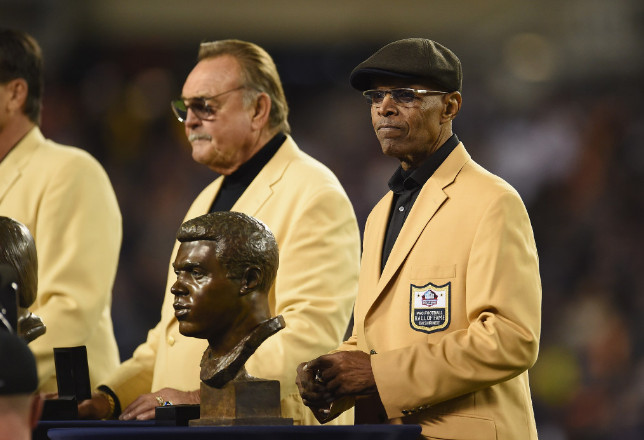 Pro Football Hall of Famer Gale Sayers is honored at halftime ofthe Vikings-Bears game Oct. 31, 2016, at Soldier Field. | Stacy Revere/Getty Images