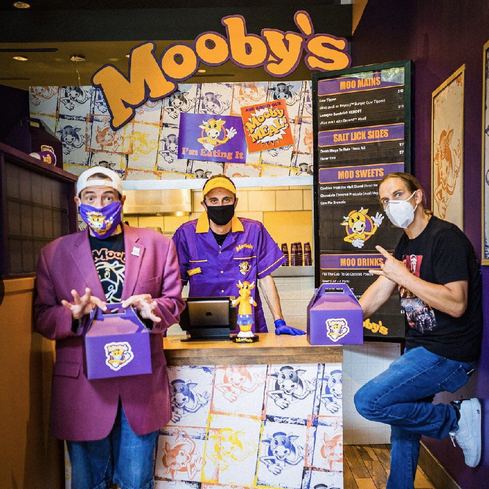 Kevin Smith, Jason Mewes, and a cashier at Mooby's pop-up