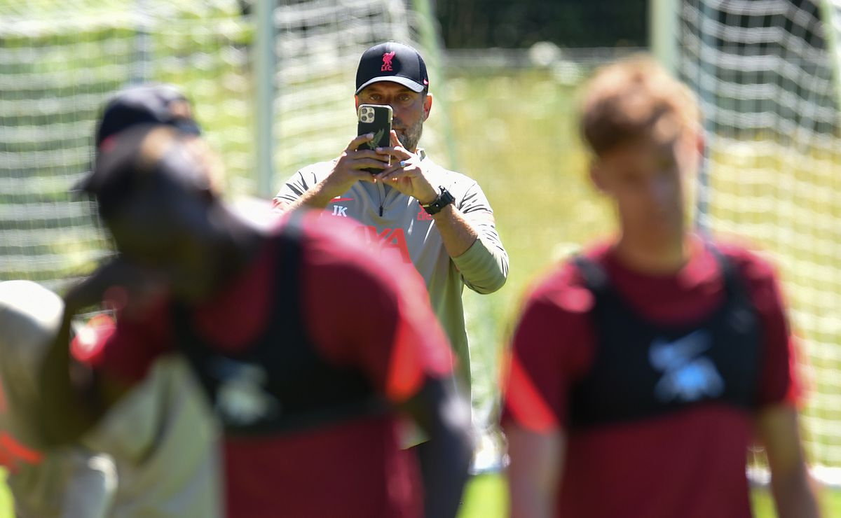 """Klopp goes all """"yer da"""" and captures the scenes on his phone's camera. We're off and running."""