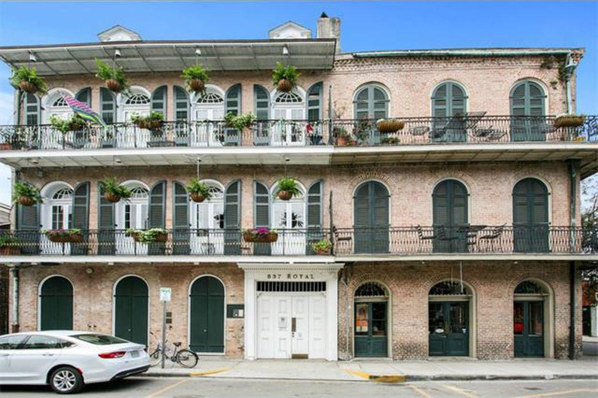 "photo via <a href=""http://www.realtor.com/realestateandhomes-detail/837-Royal-St-Apt-E_New-Orleans_LA_70116_M87993-23489?row=19#"">Realtor.com</a>"