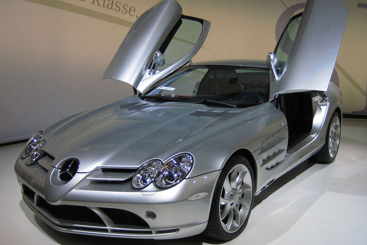 "via <a href=""http://upload.wikimedia.org/wikipedia/commons/d/d0/Mercedes-Benz_SLR_McLaren_2_cropped.jpg"">upload.wikimedia.org</a>"
