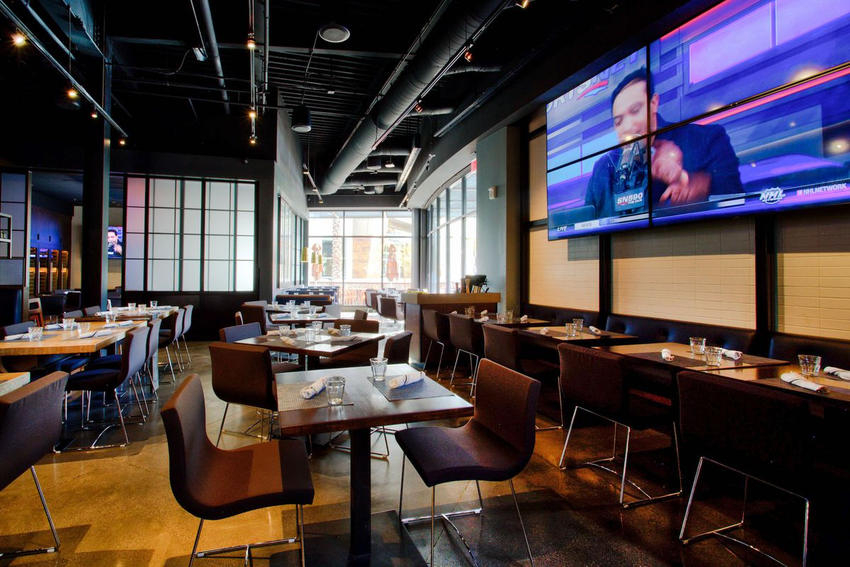 The main dining room at Wolfgang Puck Players Lounge