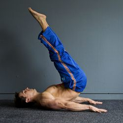 Step 3:<br> At the highest point, your legs will form a 60-70 degree angle with your torso. From that point, slowly lower your hips back to the ground and repeat.