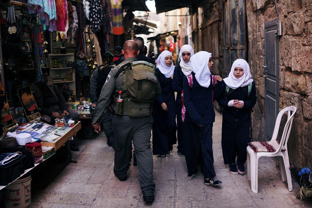 Israeli police walk though Jerusalem's Old City in 2014 (Spencer Platt/Getty)