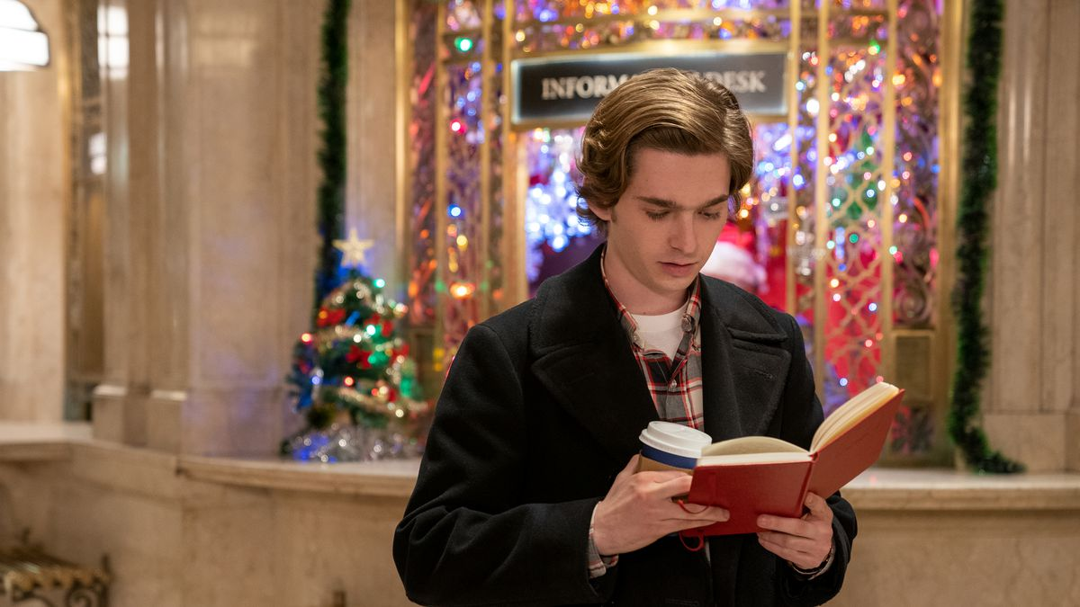 Dash reading the journal in grand central station