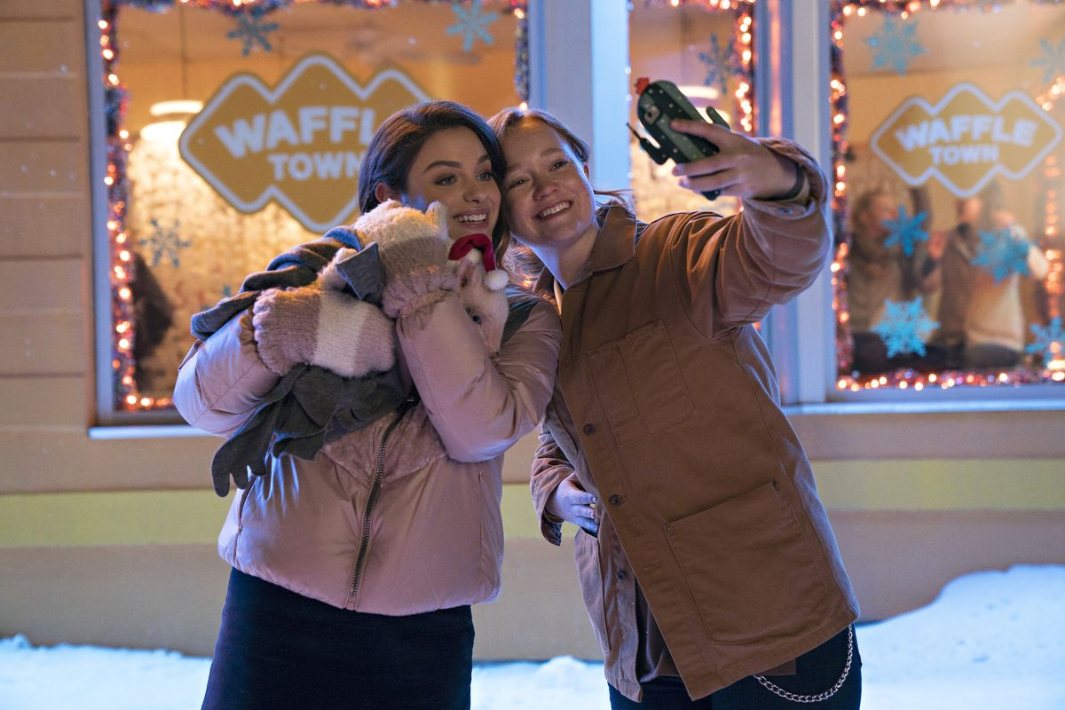 Addie (Odeya Rush) and Dorrie (Liv Hewson) take a selfie with a baby pig.