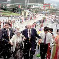President Gordon B. Hinckley and Marjorie Hinckley visit China \\\\— one of their many global trips together.