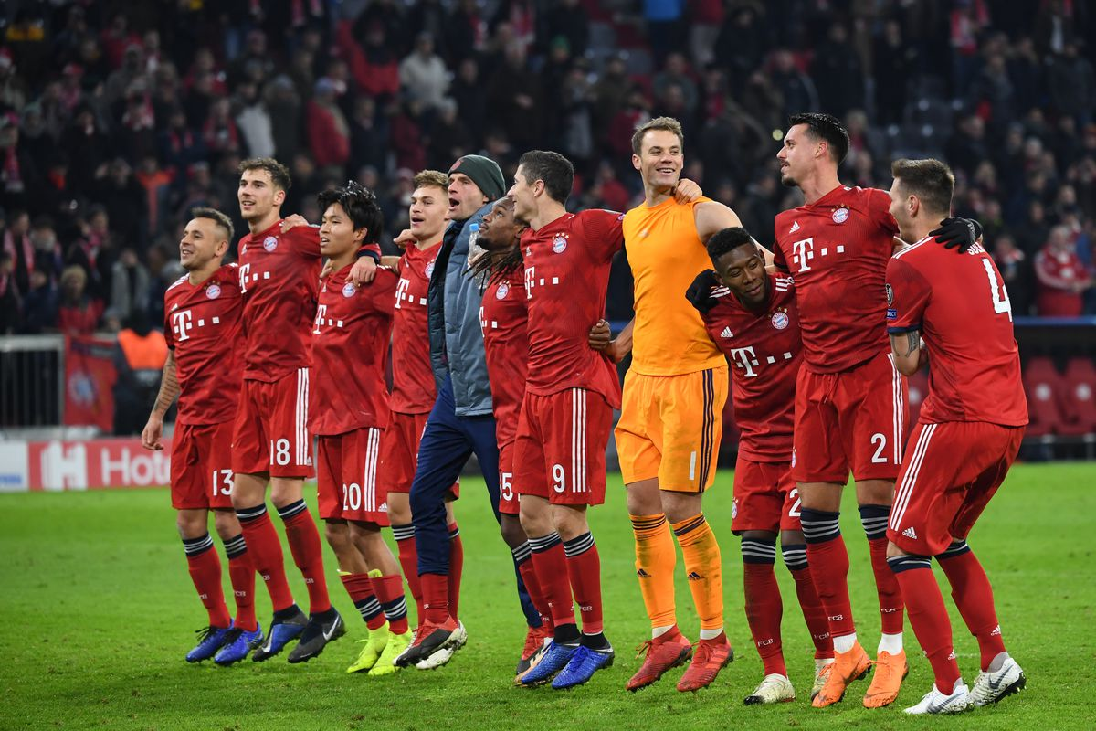 27 November 2018, Bavaria, München: Soccer: Champions League, Bayern Munich - Benfica Lisbon, Group stage, Group E, 5th matchday in Munich Olympic Stadium. Munich's players thank their fans after winning 5:1.