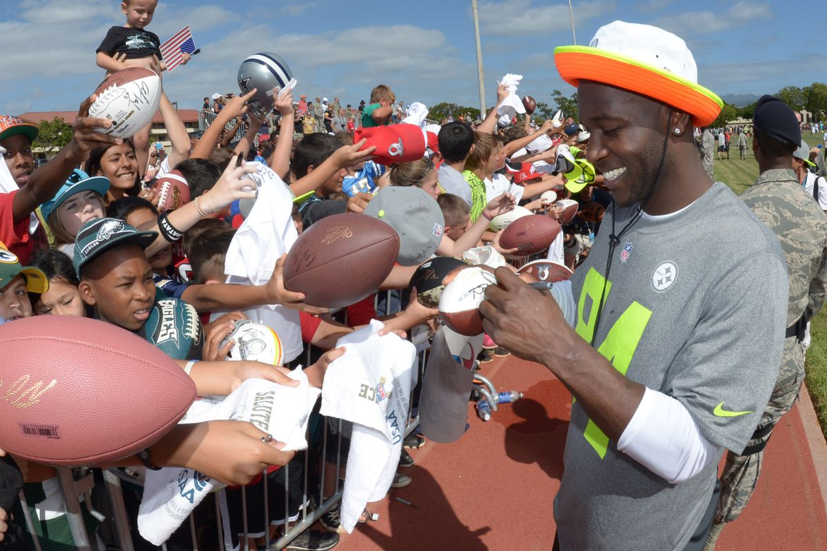 fad428032e5 Steelers Antonio Brown holds true to his word for fans  autographs ...