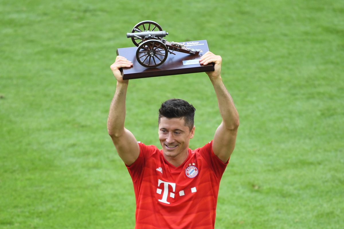 18 May 2019, Bavaria, Munich: Soccer: Bundesliga, Bayern Munich - Eintracht Frankfurt, 34th matchday in the Allianz Arena. Bavaria's Tobert Lewandowski is the top scorer for the fourth time and holds the trophy goal scorer cannon in his hands.