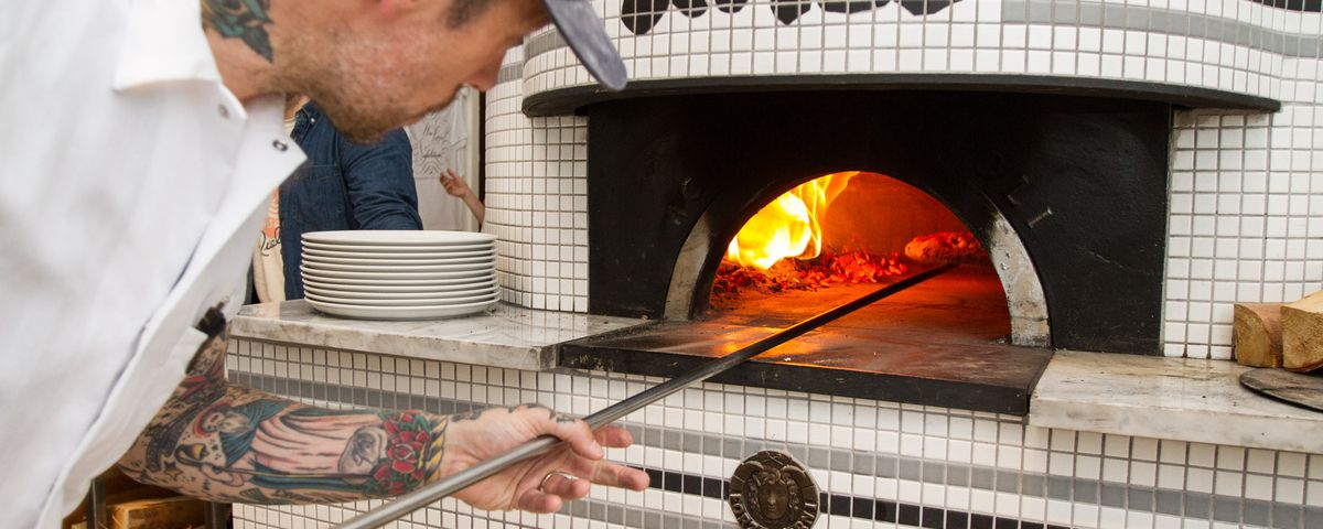 Anthony Mangieri tends the oven at Una Pizza