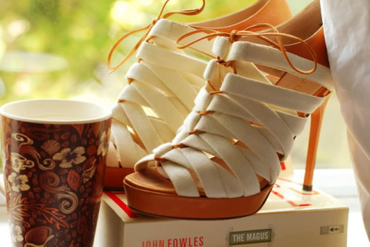 """Image via <a href=""""http://www.seaofshoes.com"""">Sea of Shoes</a>"""