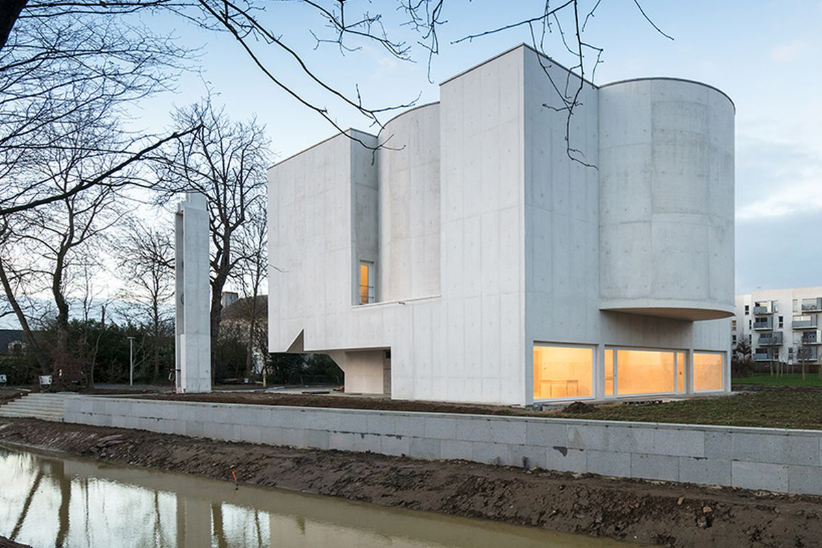 lvaro siza designed this minimalist concrete church in france curbed. Black Bedroom Furniture Sets. Home Design Ideas