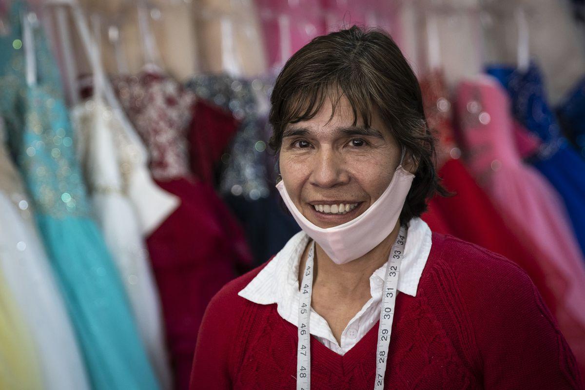 Patty Navarro, directrice de Novias Davila, 3535 O. 26th St. à Little Village, parle au Sun-Times de la façon dont les couturières du magasin fabriquent des masques à offrir pendant la pandémie de coronavirus, mercredi après-midi, 25 mars 2020.