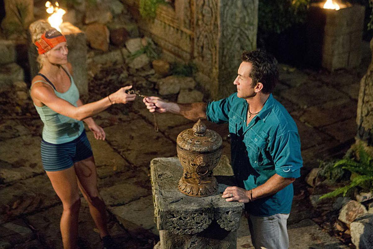 Kelley Wentworth plays her hidden immunity idol on Survivor: Second Chance.