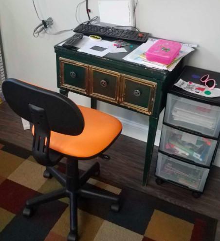 El escritorio de Maya en su hogar cerca del Lado Oeste.