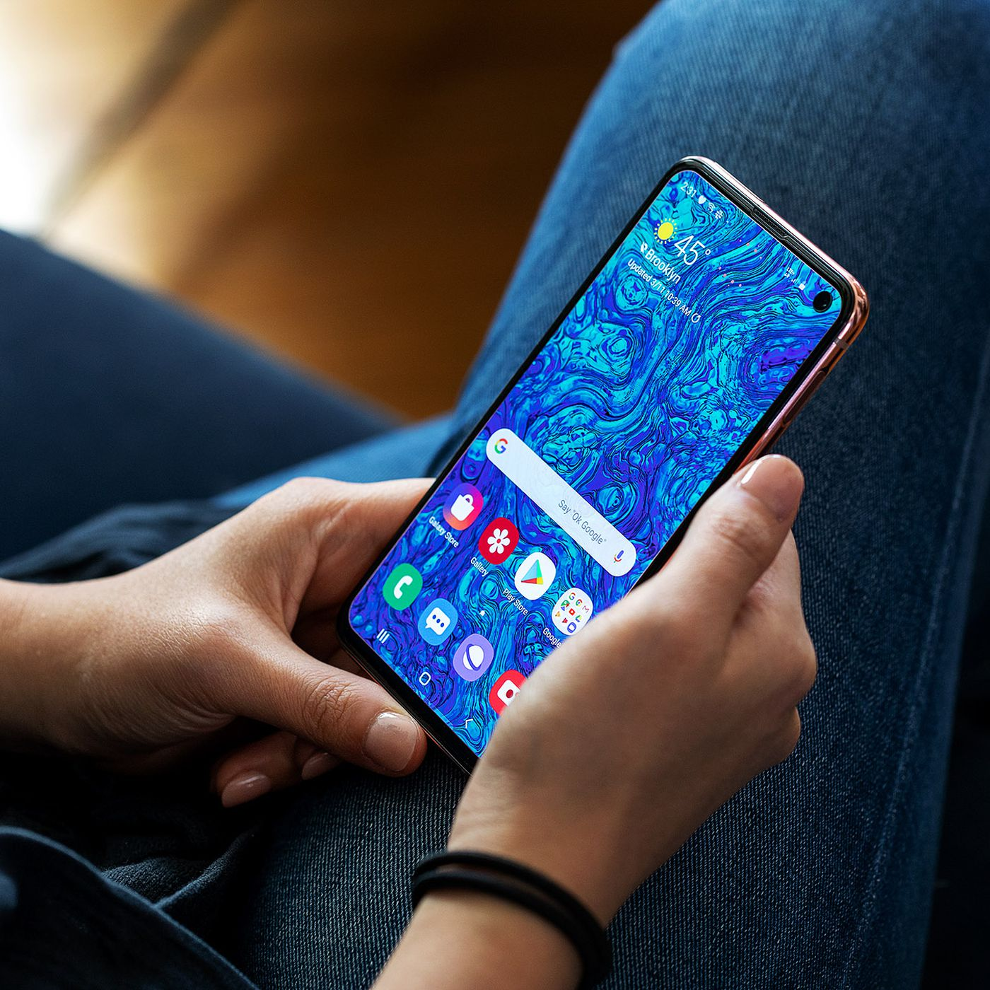 Samsung Galaxy S10E review: short, not shortchanged - The Verge