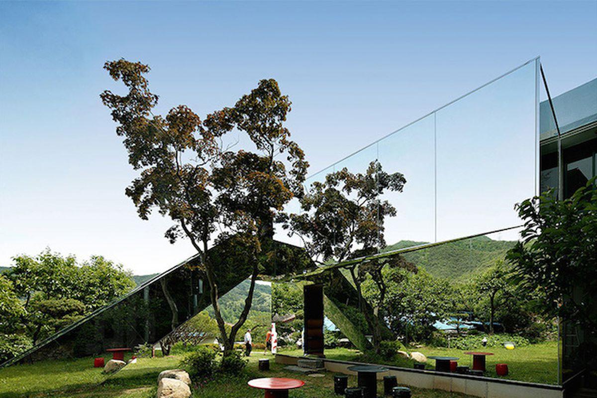 "All photos by <a href=""http://www.indiphos.com/"">Song Gi-myoun</a> via <a href=""http://www.designboom.com/architecture/yoon-space-jung-gli-young-gallery-korea-07-22-2015/"">Designboom</a>"
