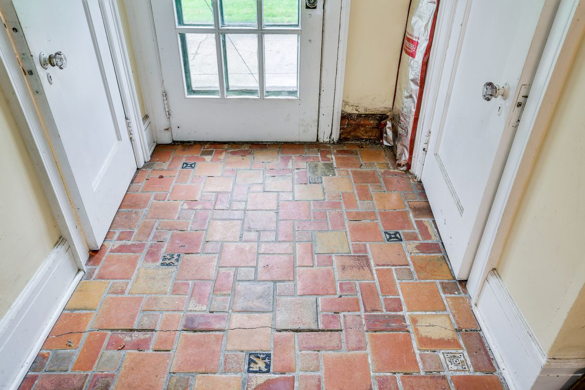 A variety of red and orange tiles in the vestibule.