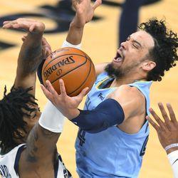 Memphis Grizzlies-aanvaller Dillon Brooks, rechts, gaat naar de basket terwijl het Utah Jazz Center Derek Favers verdedigt tijdens de eerste helft van Game 3 van de NBA Basketball First Round Series op zaterdag 29 mei 2021 in Memphis, Tennessee.
