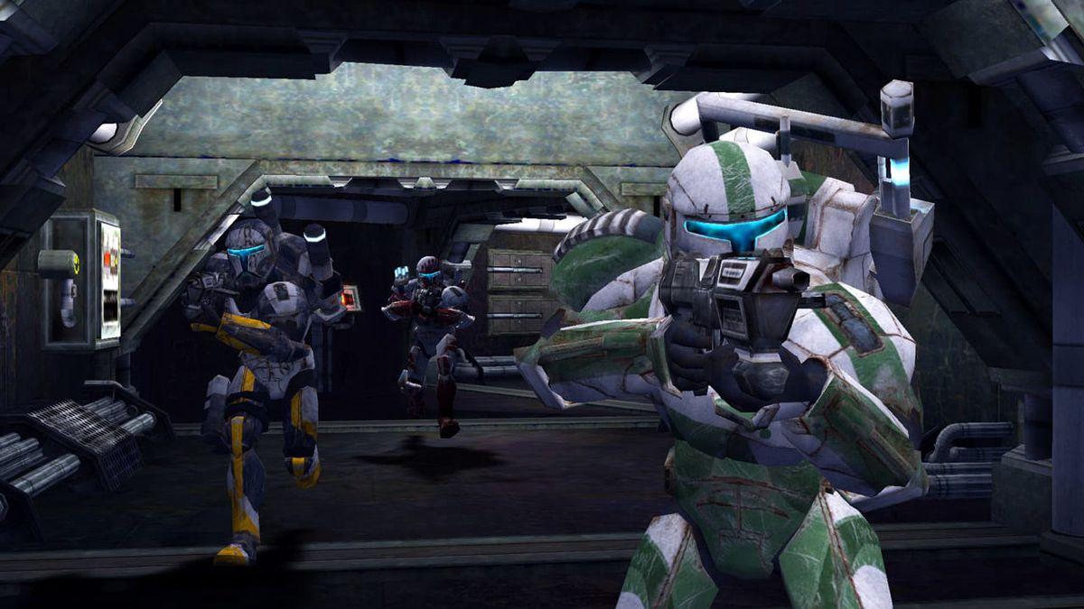 Clone Commandos rush into battle, their weapons drawn, in Star Wars Republic Commando