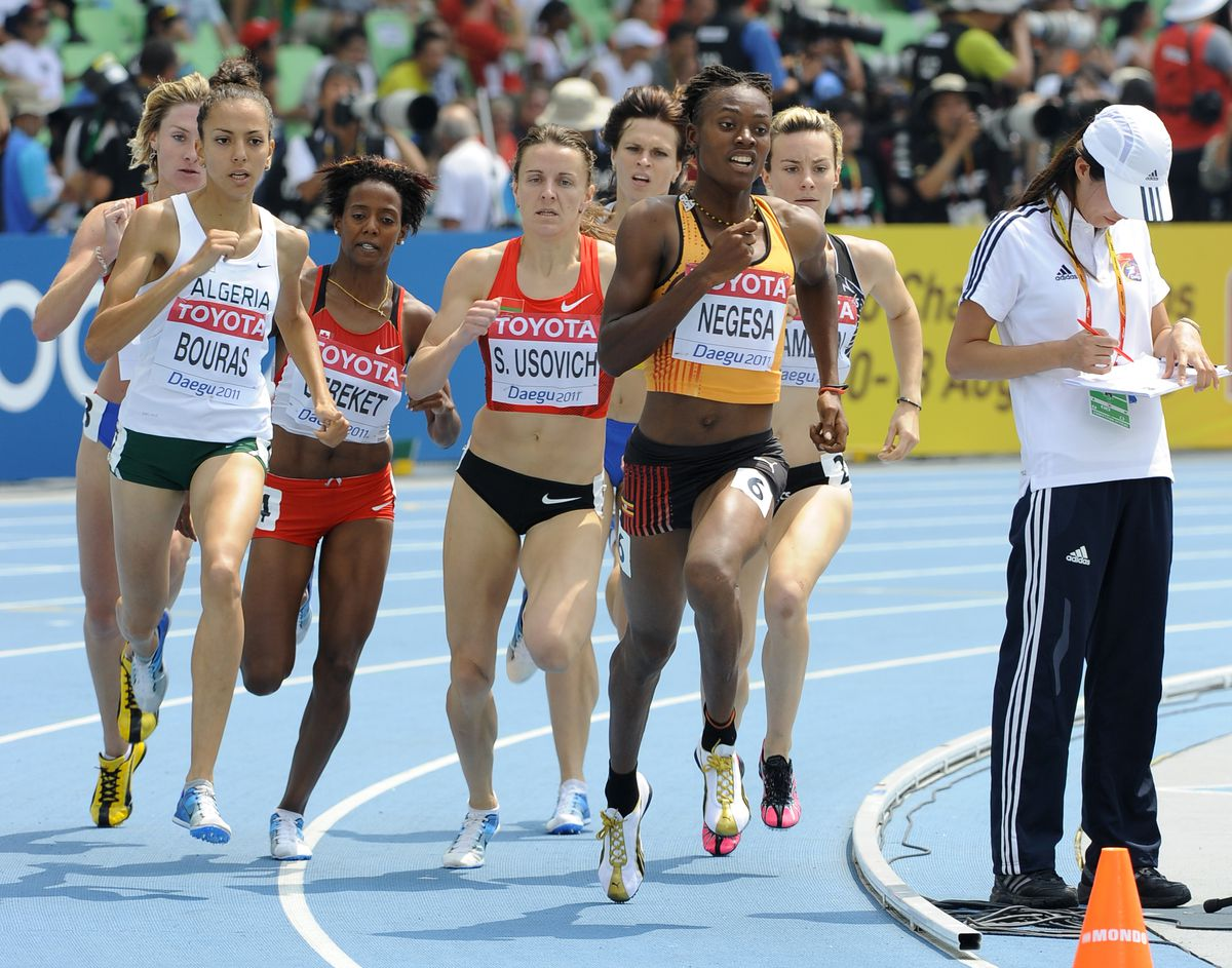 Annet Negesa leading a pack of international runners.