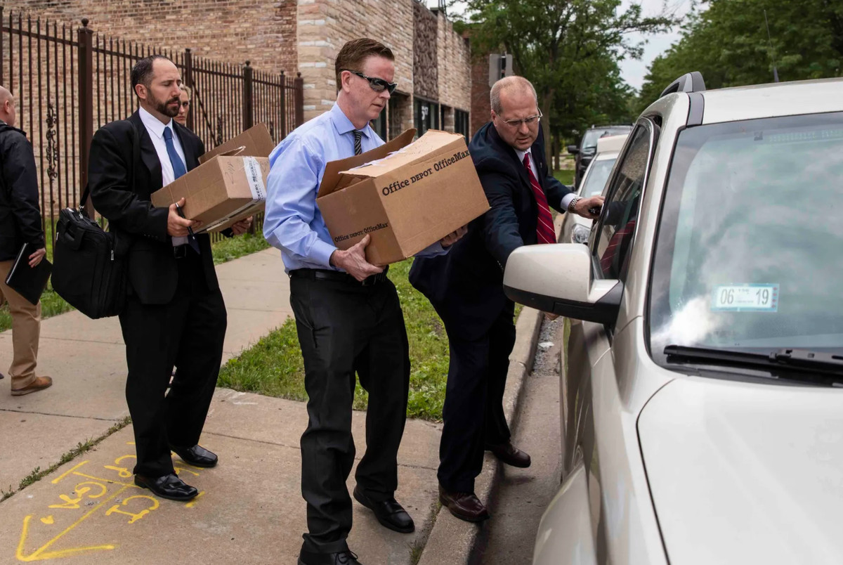 FBI agents remove records from the Far South Side office of Ald. Carrie Austin (34th) in June 2019.