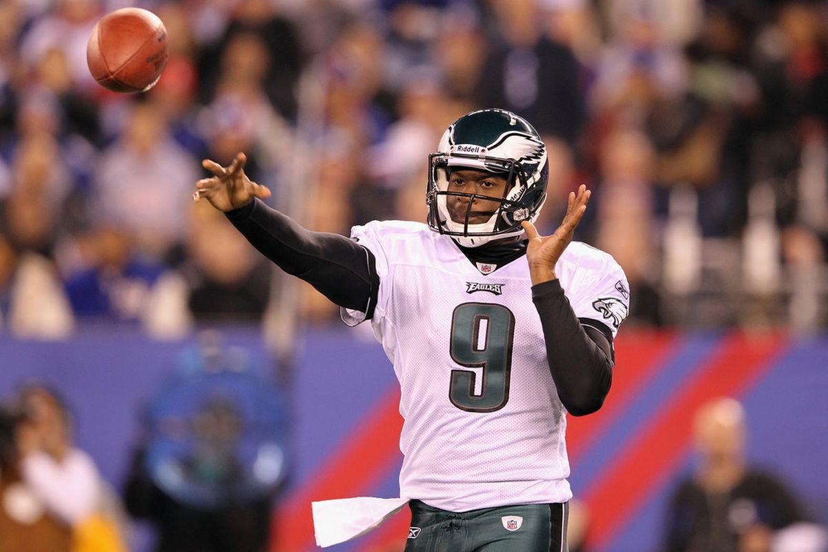 EAST RUTHERFORD, NJ - NOVEMBER 20:  Vince Young #9 of the Philadelphia Eagles throws a pass in the first quarter against the New York Giants at MetLife Stadium on November 20, 2011 in East Rutherford, New Jersey.  (Photo by Al Bello/Getty Images)