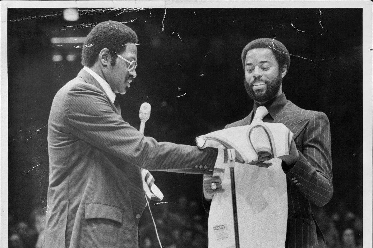 New York Knicks Willis Reed Hands Walt Frazier His Retired Jersey
